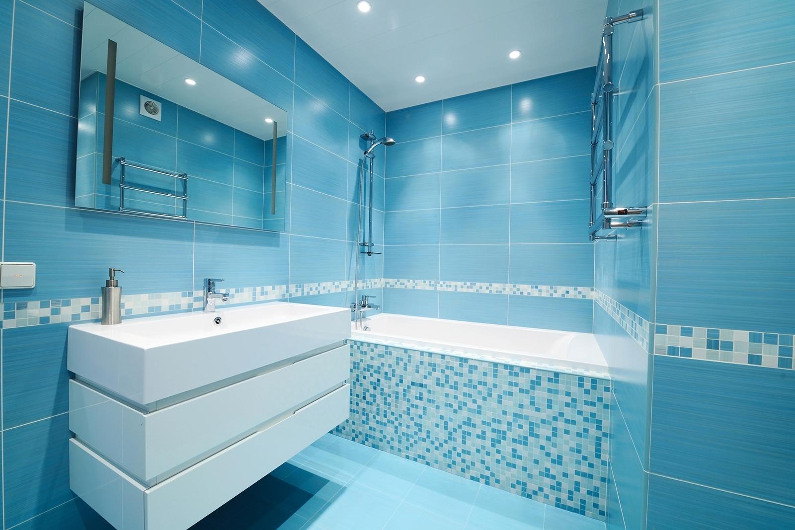 Дизайн ванн из голубой плитки